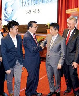 廖中莱(左5起)欢迎戴良业率队参与《十大经济方略》研讨会。左起是梁捷顺、黄日升、李俊涌、张盛闻及卢成全。