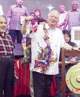 纳吉在甘榜牙也为巴西沙叻人民嘉年华主持鸣锣开幕,左1及2为霹雳州务大臣赞比里与副农长达祖汀。