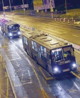 匈牙利政府利用旅巴来运载数以千计的难民前往奥地利。(法新社照片)