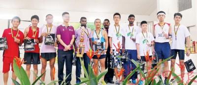 2015年SCI槟城和平跑,再里尔颁发奖状给6公里男子A组优胜选手。左二起:亚军杨小迪、季军黎国顺、再里尔及冠军洛玛海高。