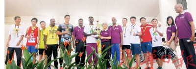 章瑛发表奖状给和平跑男子宿将组优胜者。右八由:章瑛议员、冠军若瑟德拉同SCI槟城分会主席阿迪姆兰。