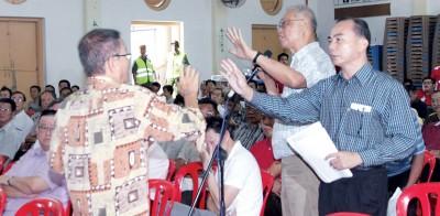 大会首先是由主席蔡伟强(站者)致词。