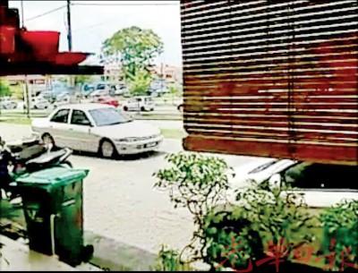 匪徒共乘这辆国产英雄车逃走时,被公众目睹及拍下的现场镜头。