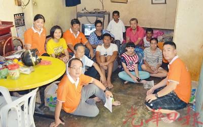 七里香幸福之家维修建造小组探访李意和一家。左起詹慧蓉、洪旖旎、姜金源、王进良、许国川、姆妮玛及李意和。右为郑元熙。