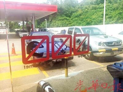 油站门口张贴禁带宠物进入贴纸。