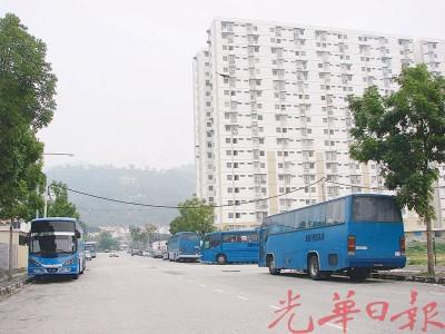 6辆厂巴停在峇六拜什公司路旁。