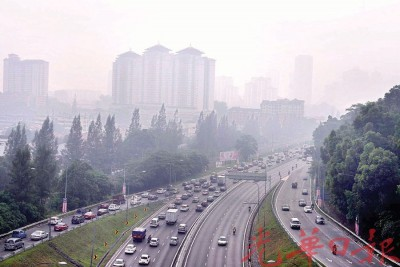 吉隆坡一带烟霾笼罩,空气污染指数已冲破100点不健康水平。
