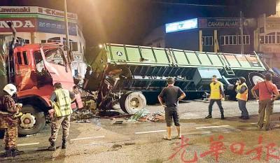 一辆拖格罗里失控撞向另一辆停泊在路旁的拖格罗里。