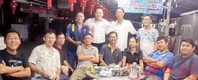 吴贵伟(后排左2)与一群二街热心小贩商议筹备工作进展,后排右2为许汉宏市议员。