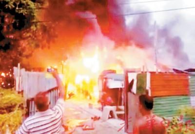 熊熊大火烧毁修车厂。