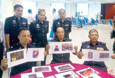 沙菲因(前排右2)与警官手持12名球迷照片,敦促他们到警局助查,前排右1为莎亚南副警区主任鲁斯南警监。