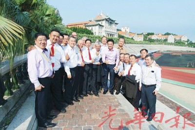 见面会后,王瑞芳(前排左6)为永利国际402官网企业代表团安排参观厦门大学校园,前排左7为戴良业。