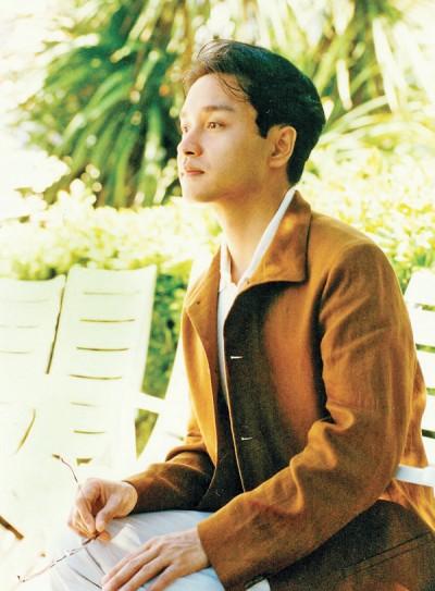 """港星张国荣(哥哥)59岁冥诞,外表俊俏的他,影歌视三栖,作风前卫深获""""哥""""迷喜爱。"""