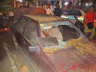 国产车前后及车窗镜子皆被砸碎。
