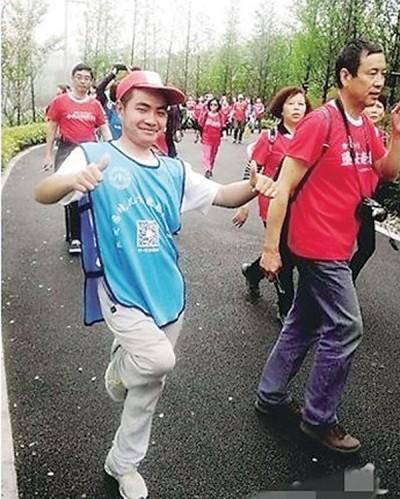 熊军(左)希望透过自己的实际行动,鼓励受长期病患困扰的残疾朋友。