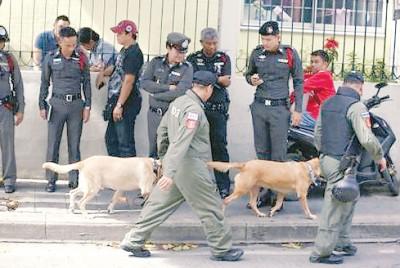 警方出动警犬搜查曼谷一栋女子公寓。