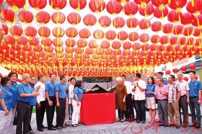 章瑛率领全体嘉宾为灯笼隧道进行推展及亮灯仪式。
