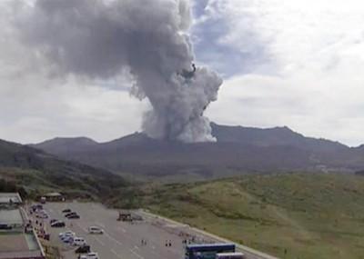 火山下的停车场有不少游客。