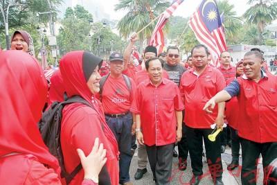阿末马斯兰抵达现场时,受到红衫军热烈欢迎。