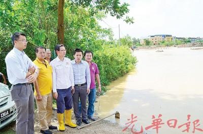 李凯伦、巫春光、陈润辉、何良丰等巡视被冲垮的润绒河河堤。
