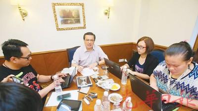 廖中莱周六下午接受本地各华文报联访,针对时下炽热的政治与种族课题一一作出回应。