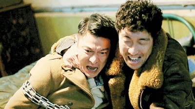 刘德华(左)每当电影《救吾先生》中演人质,右为扮演反派的王千源。