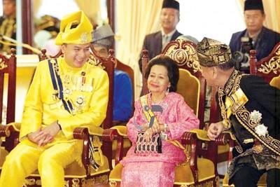 当吉打皇宫举行的颁布勋仪式上,王储妃(受到)以及霹雳州苏丹殿下(左)谈笑风生。