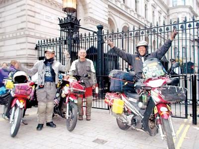 黄权发表(右起)、林文华与林仁杰爱在伦敦唐宁街合照。