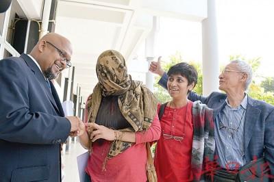 妮玛拉(左2)头戴着围巾,向律师及多名非政府组织代表致谢;左起为噶纳瑟噶仁、培玛及庄森培。