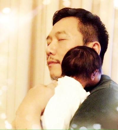 温兆伦秀出一张怀抱婴儿的照片,当父亲的幸福之情溢于言表。