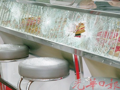 玻璃橱被匪徒用铁条败裂。