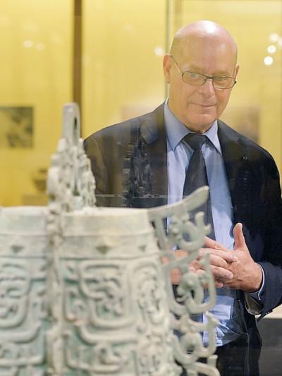 戴迪安参观甘肃省博物馆举办的《秦韵—大堡子山流失文物回归特展》。(新华社照片)