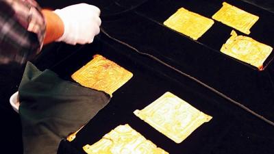 戴迪安返还中国的24件礼县大堡子山秦公墓地出土金饰片。