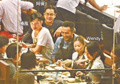 阿伦带儿子和Wendy光明正大跟友人饭局,两父子还并肩而坐。