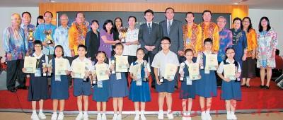 第31届全国华文小学华语演讲暨笔试比赛优胜者与副教长张盛闻(右8)及大会职员合影,右7是王超群,左5蔡明永。