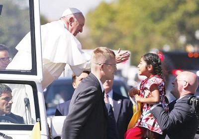 教宗吩咐保安人员把小女孩带上前,向她亲吻及祝福。(法新社照片)