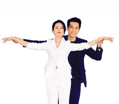 刘亦菲和宋承宪在首映会上模仿《铁达尼号》迎风站立的经典动作。