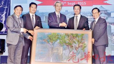 张文强(左3起)赠送纪念品予方天兴。左起祝家华、陈洺臣及张瑞发。
