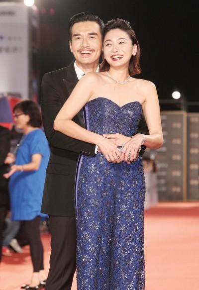 杨一展和江祖平走金钟星光秀恩爱,有预习婚礼氛围。