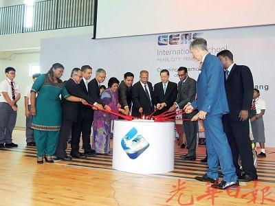 林冠英主持环球教育集团在本国举办的率先所学开幕礼。左起卡斯杜丽、玛达成、郑克生、阿菲那、拉玛沙米、林氏等人口。