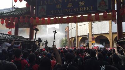 镇爆队伍在茨厂街开始射水泡。