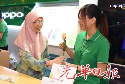 旺阿兹莎到刘蝶广场派发玫瑰,宣扬和平。