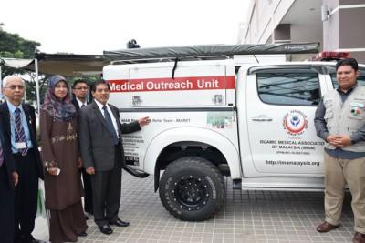 希尔米了解大马伊斯兰医药协会属下紧急医疗救援队伍的设备。