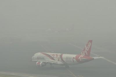 """布城的空气污染指数在周六下午4时一度达105点的不健康水平,邻近的吉隆坡国际机场能见度更是骤跌,跑道上的客机几乎遭烟霾""""吞没""""。"""