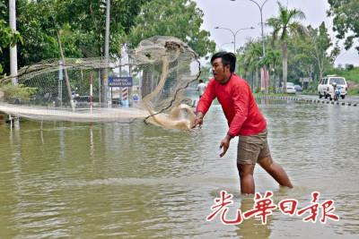 阿米罗在积满雨水的古邦牙也路段撒下渔网。