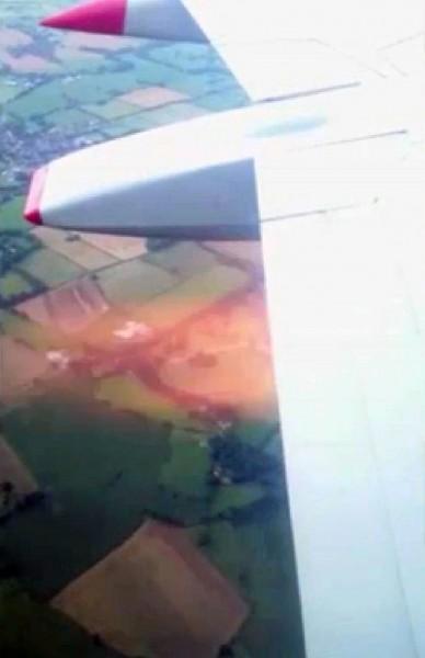 乘客拍下引擎冒出火焰的瞬间。