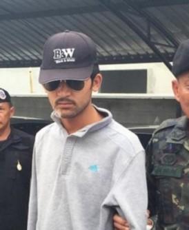 疑犯(中)于边境被捕。
