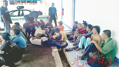 派出所追捕33何谓以推鱼码头公然吸毒者。