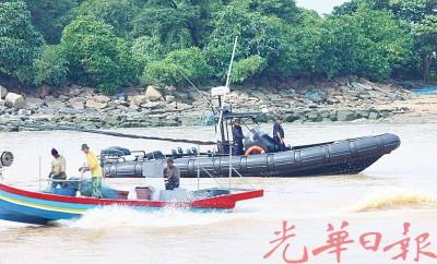 水警出动快艇进行包抄。