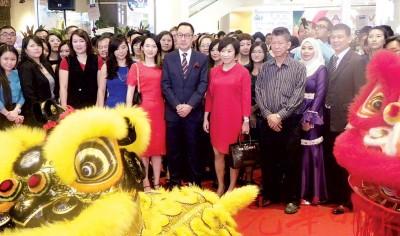 Aman Central 新张,住景集团董事经理拿督何强赞率领董事及员工接受舞狮呈祥的敬礼。